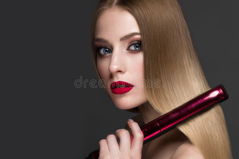 Mooi blond meisje met een volkomen vlot haar, het krullen, een klassieke samenstelling en rode lippen Het Gezicht van de schoonhe royalty-vrije stock afbeeldingen