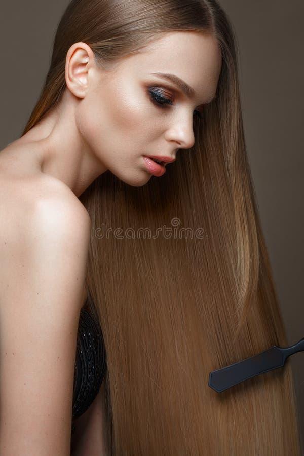Mooi blond meisje met een volkomen vlot haar, klassieke samenstelling Het Gezicht van de schoonheid royalty-vrije stock foto's