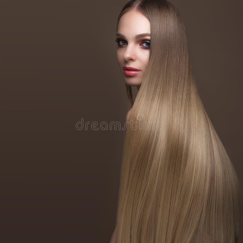 Mooi blond meisje met een volkomen vlot haar, klassieke samenstelling Het Gezicht van de schoonheid royalty-vrije stock foto