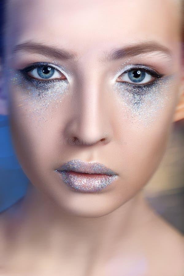 Mooi blond meisje met het fonkelen make-up royalty-vrije stock afbeelding