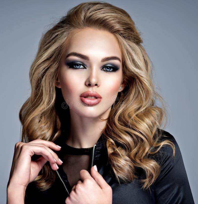 Mooi blond meisje met lang krullend haar royalty-vrije stock afbeelding