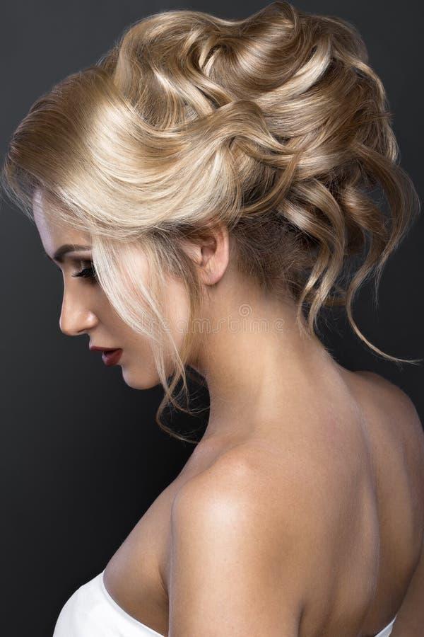 Mooi blond meisje met perfecte huid, die samenstelling, huwelijkskapsel gelijk maken Het Gezicht van de schoonheid stock afbeelding