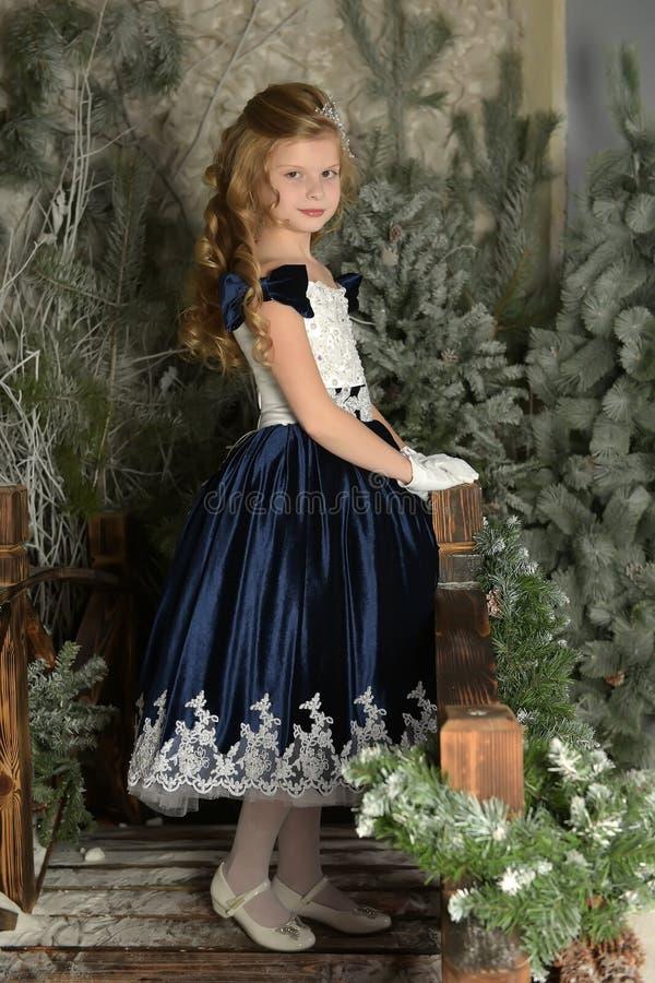 Mooi blond meisjeskind in een slimme kleding royalty-vrije stock foto