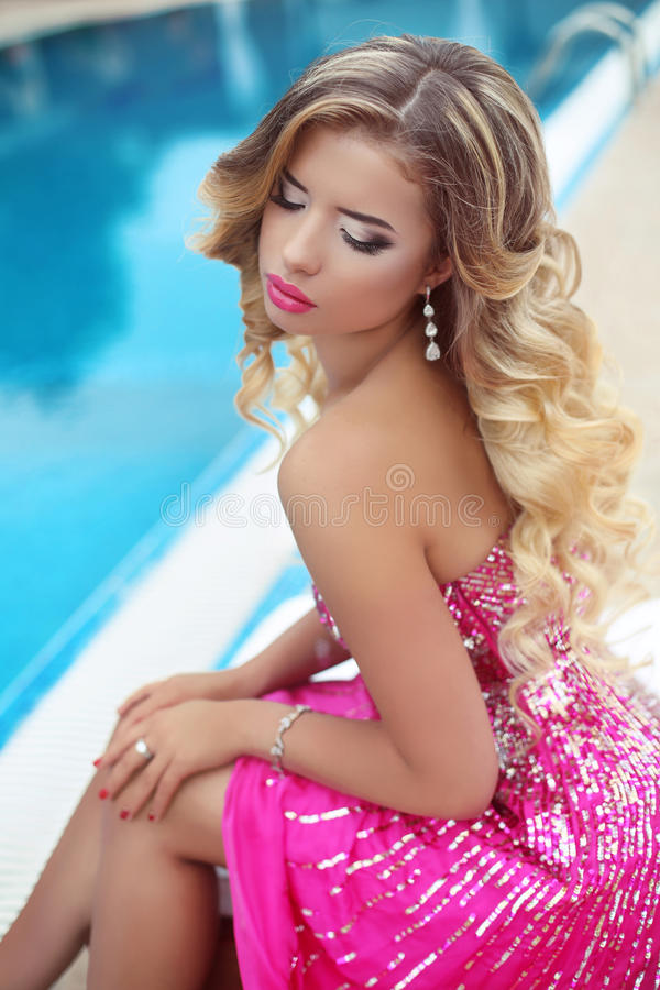 Mooi blond modelmeisje in manier roze kleding met make-up en royalty-vrije stock foto's