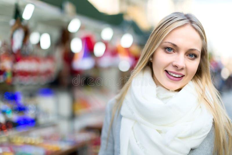 Mooi blonde bij Kerstmismarkt stock afbeeldingen