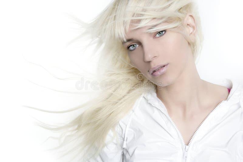 Mooi blonde de wind lang haar van de meisjesmanier royalty-vrije stock foto