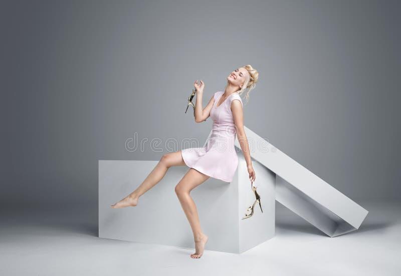 Mooi blonde die van de giftdoos krijgen stock fotografie