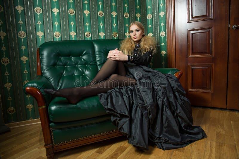Mooi blonde in een gotische toga stock afbeelding