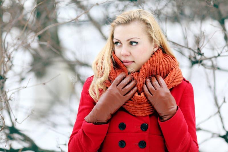 Mooi blonde in een traditionele Russische de wintersneeuw stock afbeeldingen