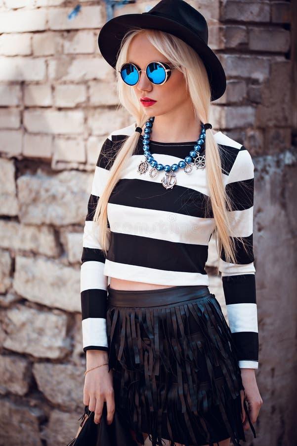 Mooi blonde jong model in blauwe zonnebril royalty-vrije stock fotografie