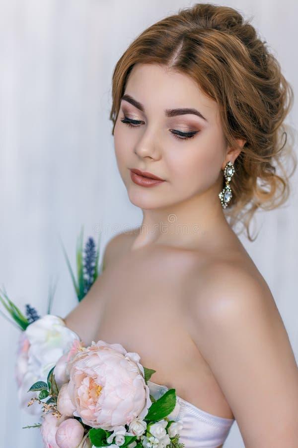 Mooi blonde in kleding van bloemen royalty-vrije stock foto's