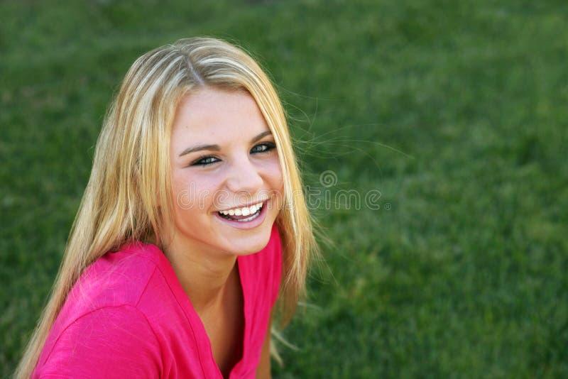 Mooi blonde meisje buiten stock foto