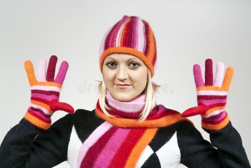 Mooi blonde meisje dat een hoed en handschoenen draagt stock afbeeldingen