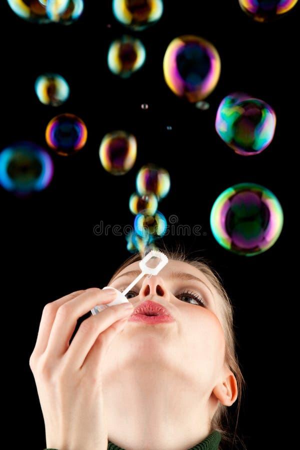 Mooi blonde meisje dat kleurrijke zeepbels maakt royalty-vrije stock foto