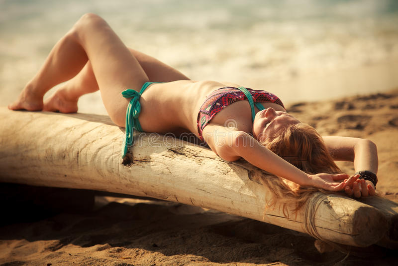 Mooi blonde meisje in zwemmend kostuum stock afbeeldingen
