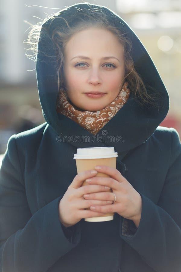 Mooi blonde met koffieclose-up royalty-vrije stock afbeelding