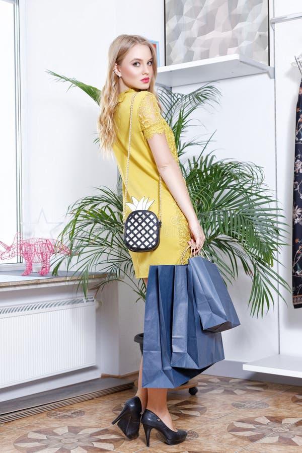 Mooi blonde op het winkelen in een boutique royalty-vrije stock fotografie