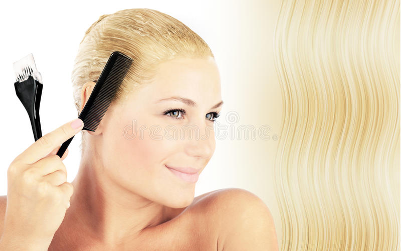 Mooi blonde wijfje dat haar verft royalty-vrije stock afbeeldingen
