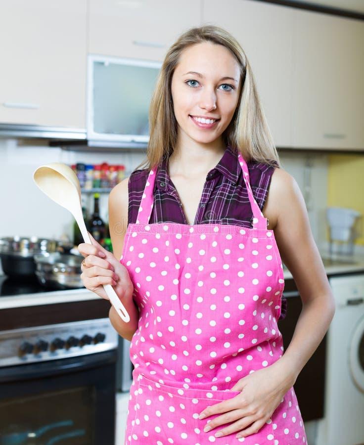 Mooi blondemeisje bij keuken royalty-vrije stock fotografie
