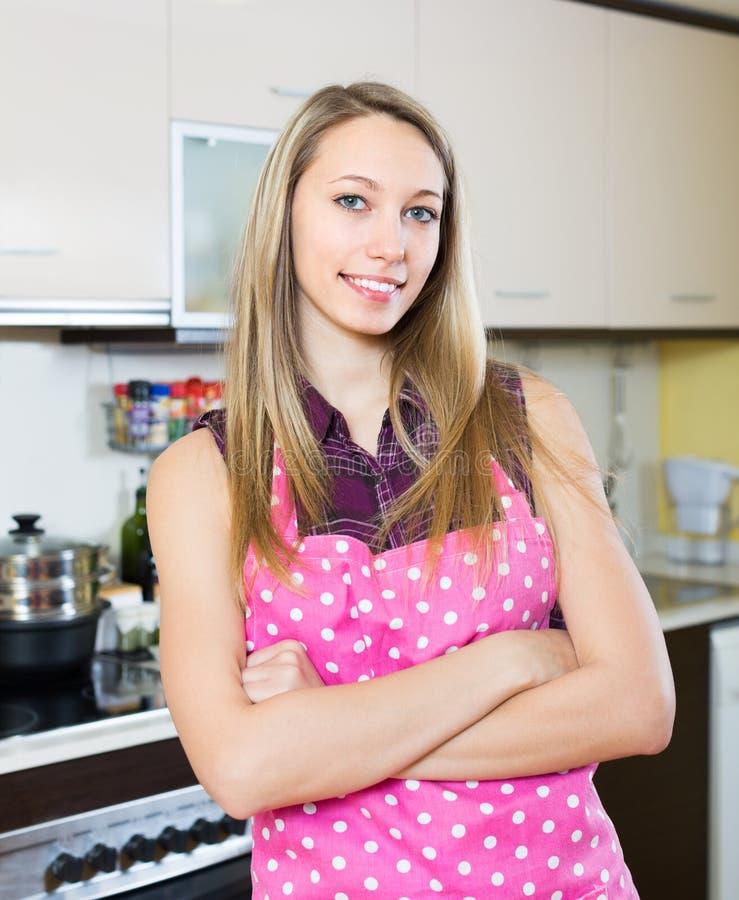 Mooi blondemeisje bij keuken stock foto