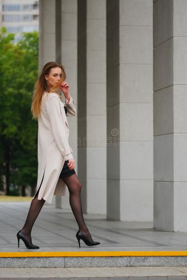 Mooi blondemeisje in de straat royalty-vrije stock foto