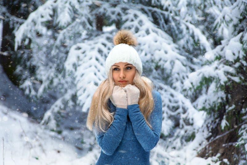 Mooi blondemeisje in de witte hoed en de handschoenen stock afbeelding
