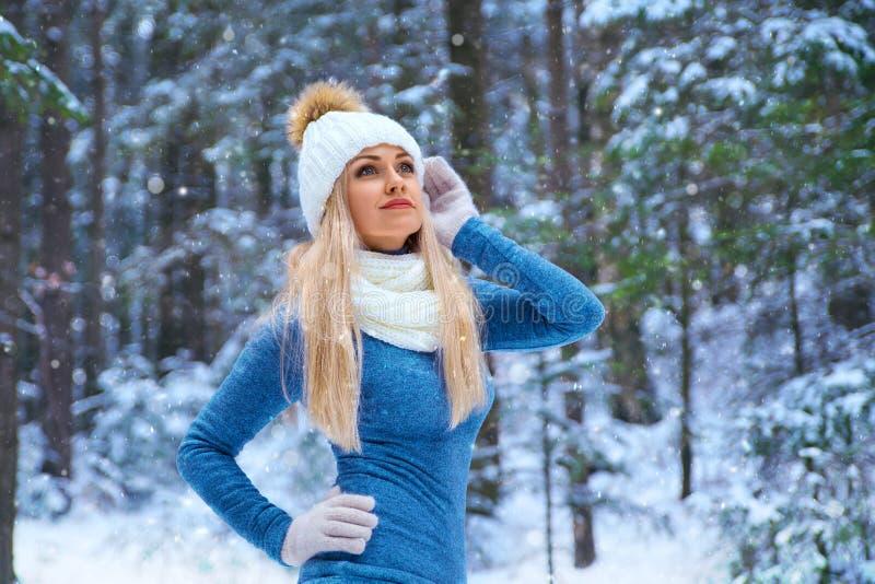 Mooi blondemeisje in de witte hoed en de handschoenen stock foto
