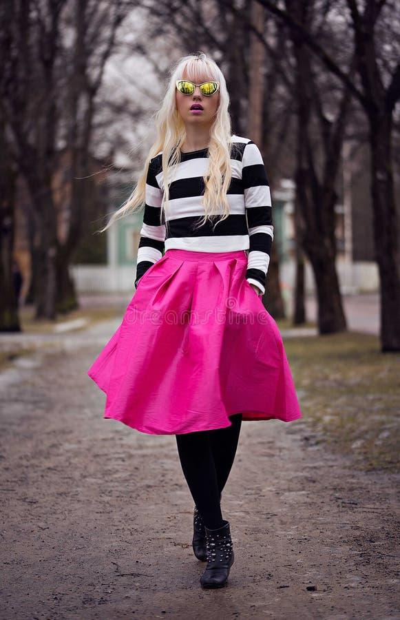 Mooi blondemeisje die op de straat lopen royalty-vrije stock afbeelding
