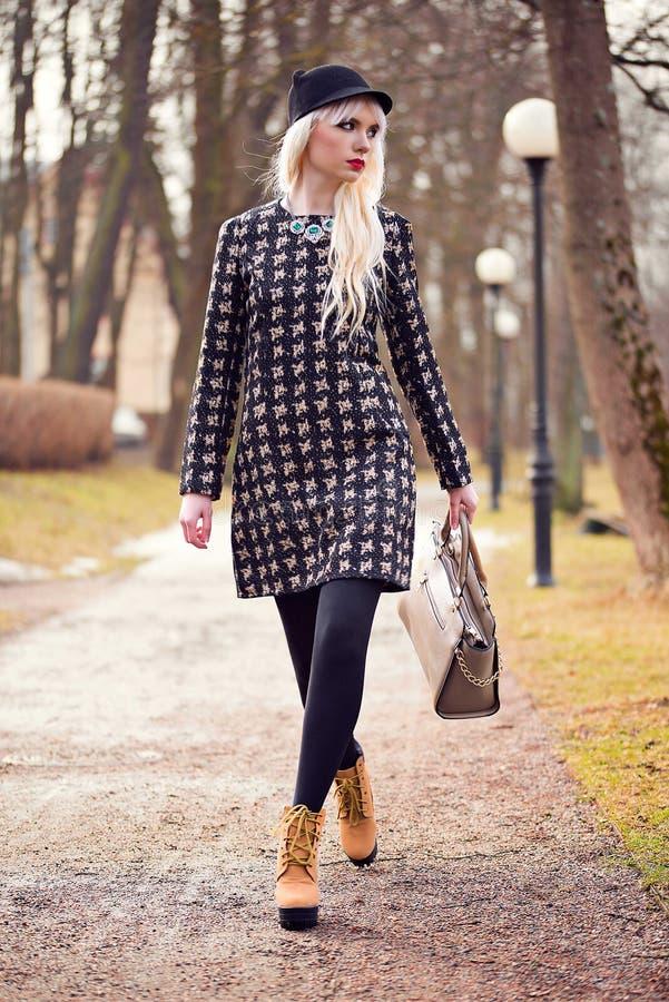 Mooi blondemeisje die op de straat lopen royalty-vrije stock foto's