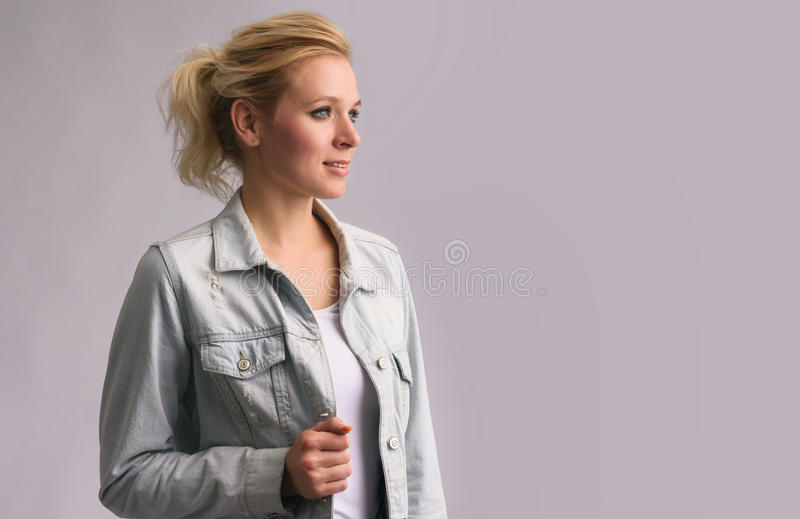Mooi blondemeisje die weg kijken stock afbeeldingen