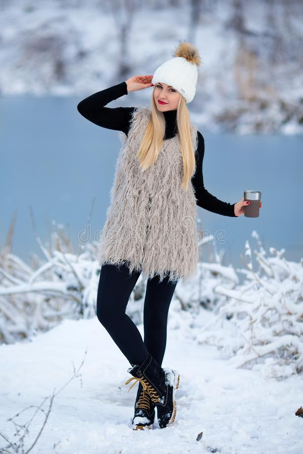 Mooi blondemeisje met hete drank in de winter stock afbeeldingen