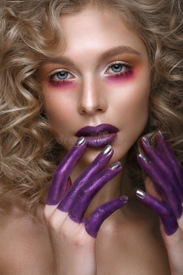 Mooi blondemeisje met krullen en kunst creatieve samenstelling Het Gezicht van de schoonheid royalty-vrije stock foto's