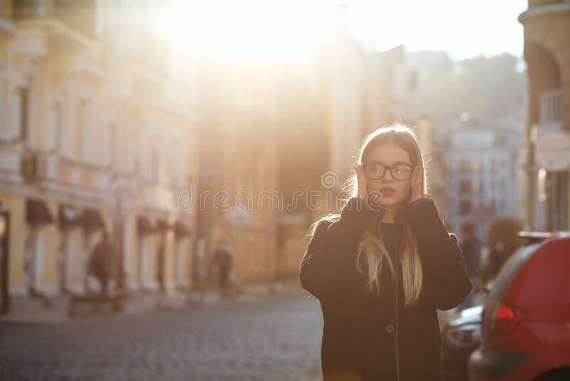 Mooi blondemeisje met lang haar die laag dragen, die in zonglans stellen Lege ruimte royalty-vrije stock foto's