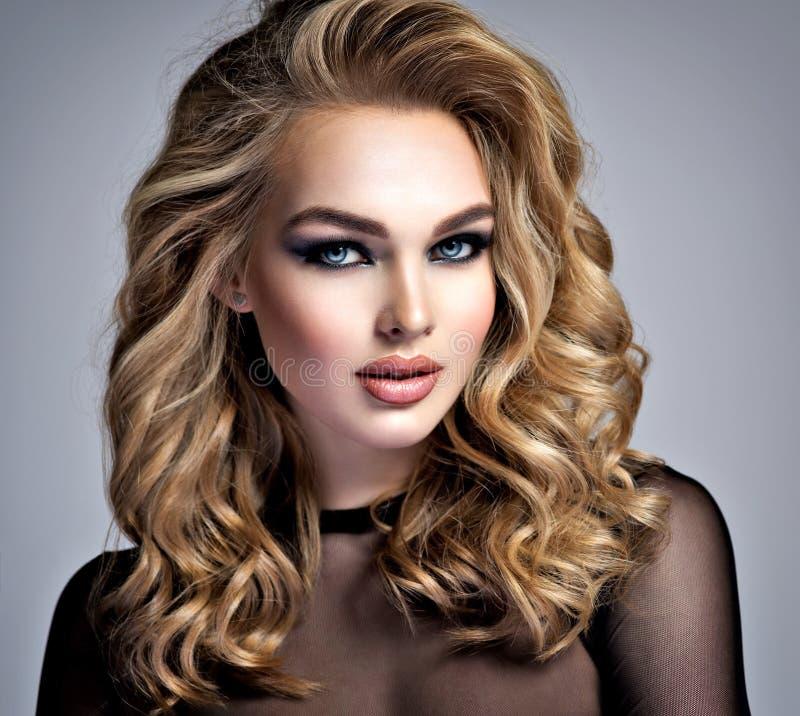 Mooi blondemeisje met make-up in stijl rokerige ogen royalty-vrije stock fotografie