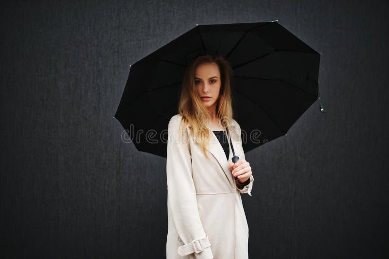 Mooi blondemeisje met paraplu royalty-vrije stock afbeelding