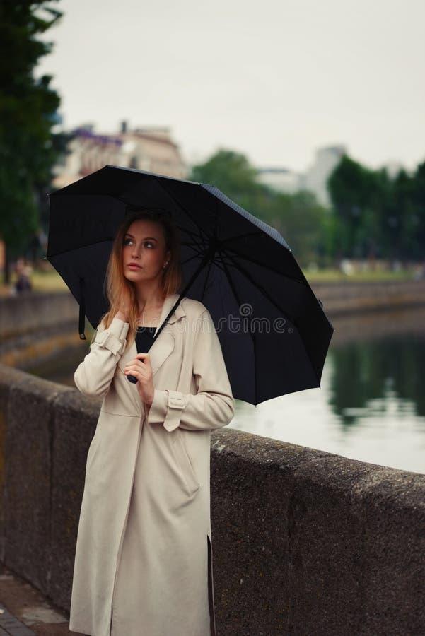 Mooi blondemeisje met paraplu royalty-vrije stock afbeeldingen