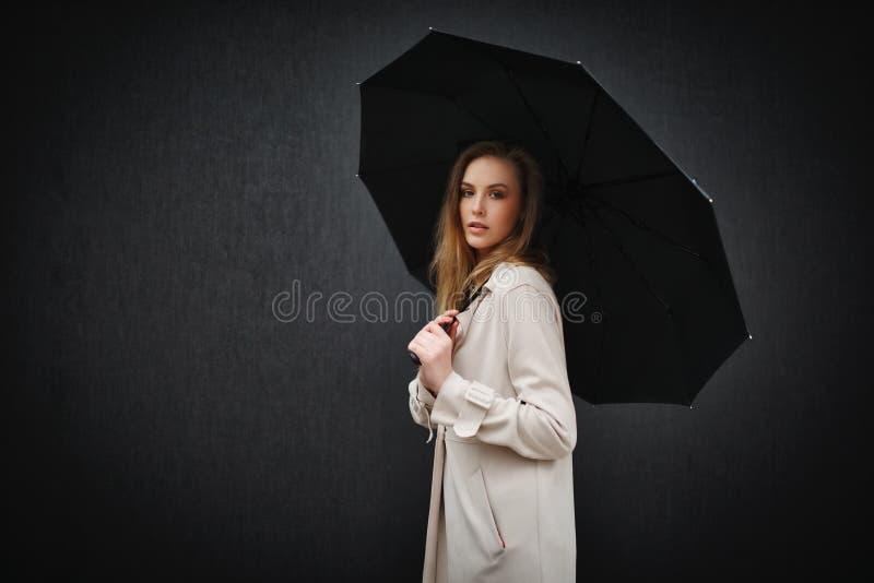 Mooi blondemeisje met paraplu stock foto