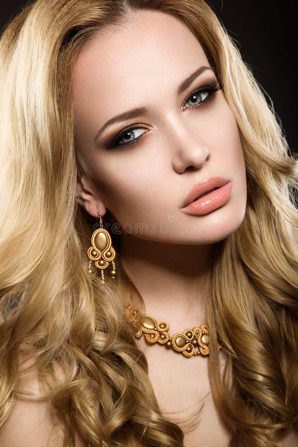 Mooi blondemeisje met perfecte huid royalty-vrije stock foto