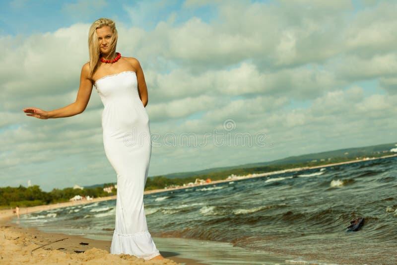 Download Mooi Blondemeisje Op Strand, Zomer Stock Foto - Afbeelding bestaande uit vrijheid, toerist: 54091412