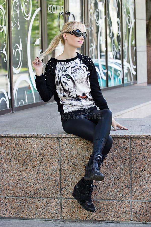 Mooi blondemeisje in trui met tijgerdruk royalty-vrije stock foto