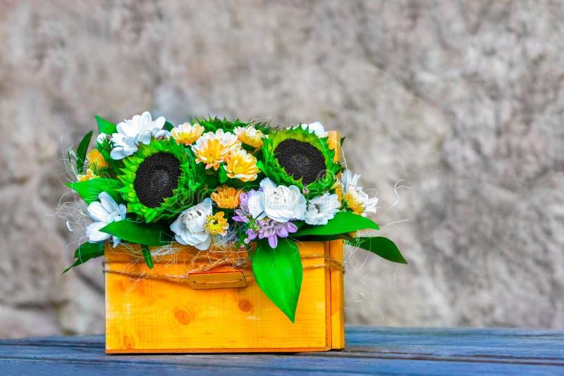 Mooi boeket met groene zonnebloemen in een houten giftdoos in een rustieke stijl Het concept geheugen van de zomer royalty-vrije stock foto's