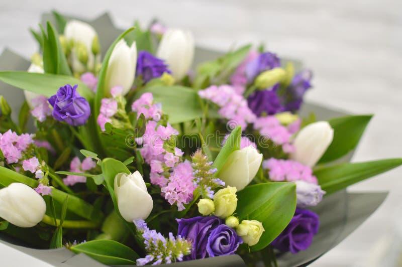Mooi boeket met witte tulpen en eustomy stock foto