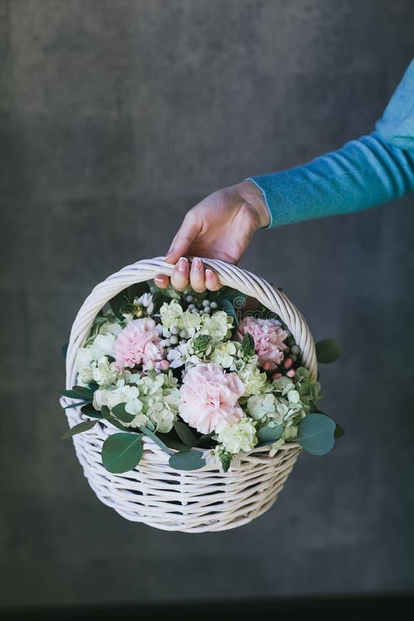 Mooi boeket van bloemen in een mand royalty-vrije stock foto's