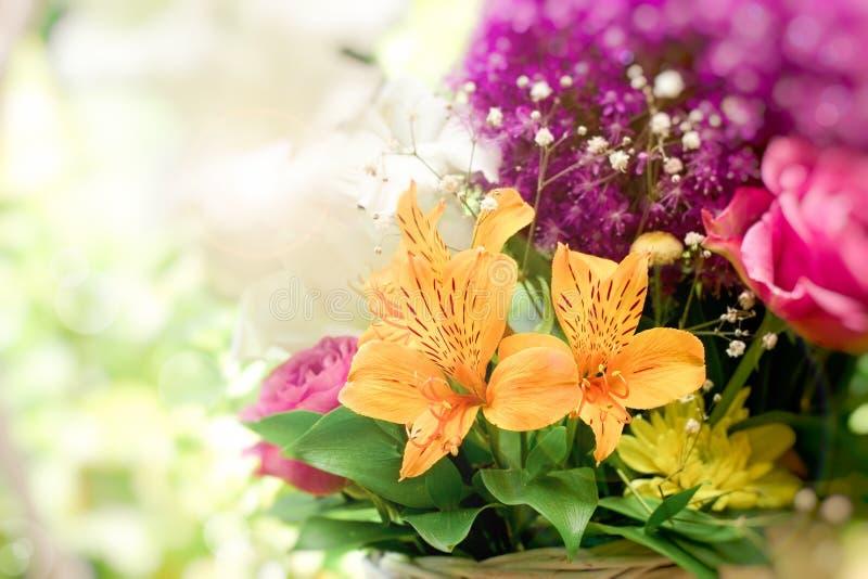 Mooi boeket van bloemen in rieten mand - bloemenregeling royalty-vrije stock foto
