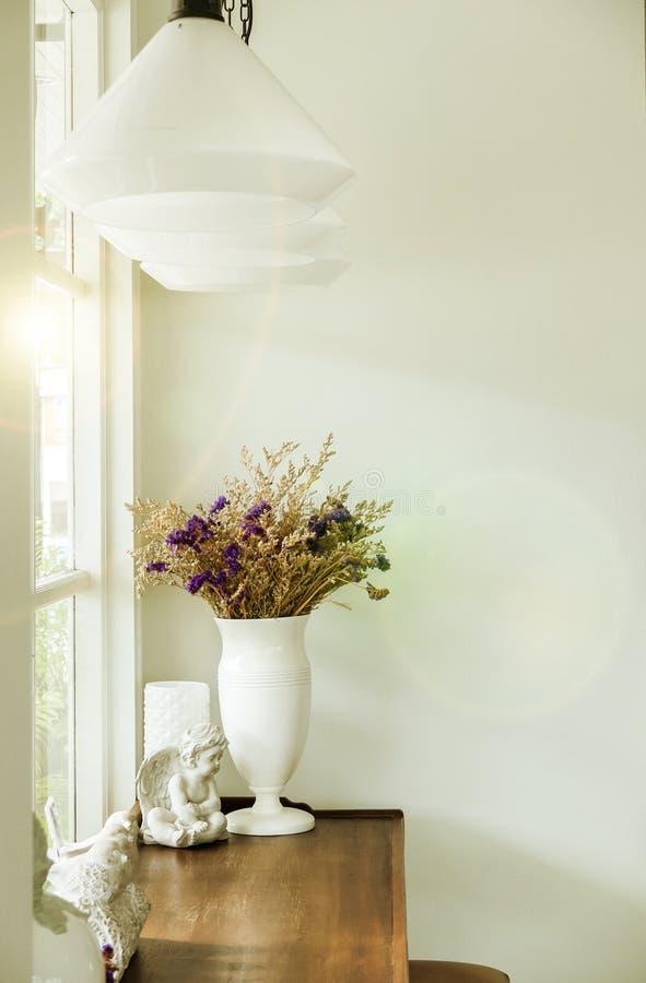 Mooi Boeket van Bloemen in Witte Glanzende Ceramische Bloempot op Rustieke Houten Lijst bij de Hoek van Luxe Witte Woonkamer royalty-vrije stock afbeelding