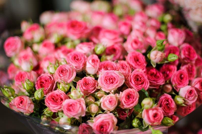 Mooi boeket van de roze kleine rozen royalty-vrije stock fotografie
