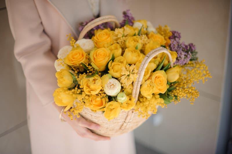 Mooi boeket van gele bloemen in mand royalty-vrije stock afbeeldingen