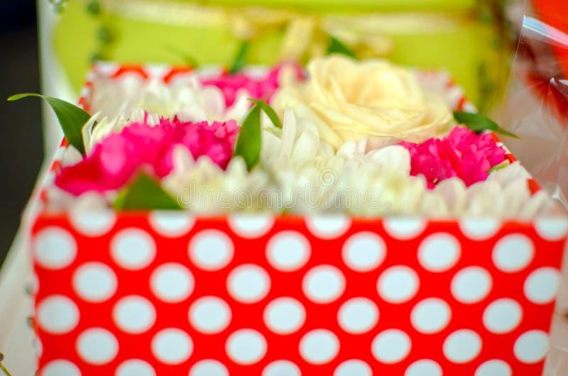Mooi boeket van gemengde bloemen van chrysanten, kruidnagels en rozen in rode doos royalty-vrije stock fotografie