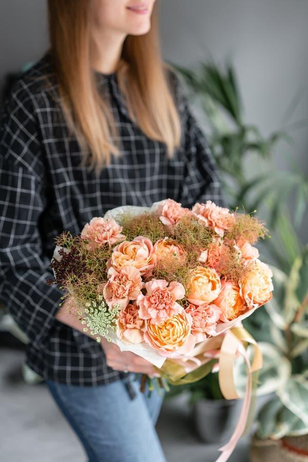 Mooi boeket van gemengde bloemen in vrouwenhand Bloemenwinkelconcept Knap vers boeket Bloemenlevering royalty-vrije stock foto