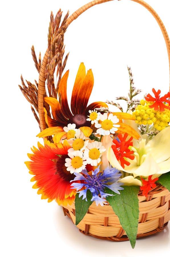 Mooi boeket van heldere wildflowers in mand royalty-vrije stock foto's